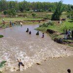 कञ्चनपुरको पुर्वासमा स्थानियहरू माछा मार्दै ( फोटो फिचर )